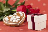 Gåva, hjärta och rosor — Stockfoto