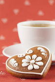 Gingerbread heart and coffee — Stock Photo