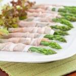 意大利熏火腿包装芦笋 — 图库照片
