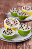 Limoni e limette con chiodi di garofano - insetto repellente naturale — Foto Stock