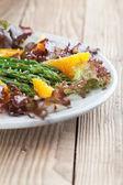 Asparagus salad with oranges and hemp seeds — Stock Photo