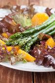 Chřestový salát s pomeranče a semen konopí — Stock fotografie