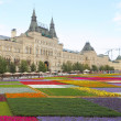 Flower beds against GUM mall building in Moscow. — Stock Photo