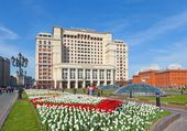 Four Seasons Hotel Moscow and tulips lawn — Stock Photo