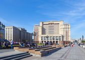 People having a rest on benches on Manezh Square in Moscow — Stock Photo