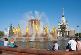 People sitting near fountain in Moscow — Stock Photo