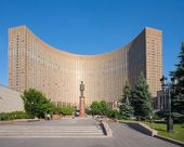 Space Hotel building and General de Gaulle monument in Moscow — Stock Photo