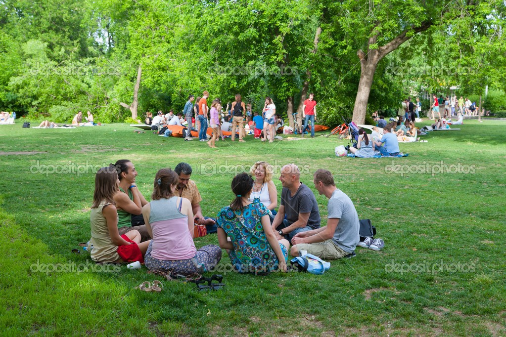 """Résultat de recherche d'images pour """"gente hablando en un parque"""""""