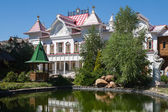 White building, tree and pond in Moscow Kremlin — 图库照片