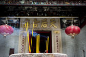 Incense sticks burning at a Taoist temple in Hong Kong. — Stockfoto