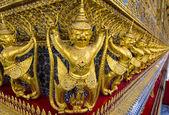 Garuda oro esculturas de punto de fuga en el templo de wat phra kaew, bangkok. — Foto de Stock