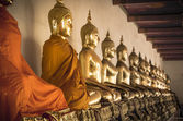 Buddha statues ina  row at Wat Arun in Bangkok, Thailand. — Stock Photo