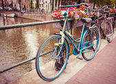 Retro and vintage style bicycle in Amsterdam, Netherlands — Stock Photo