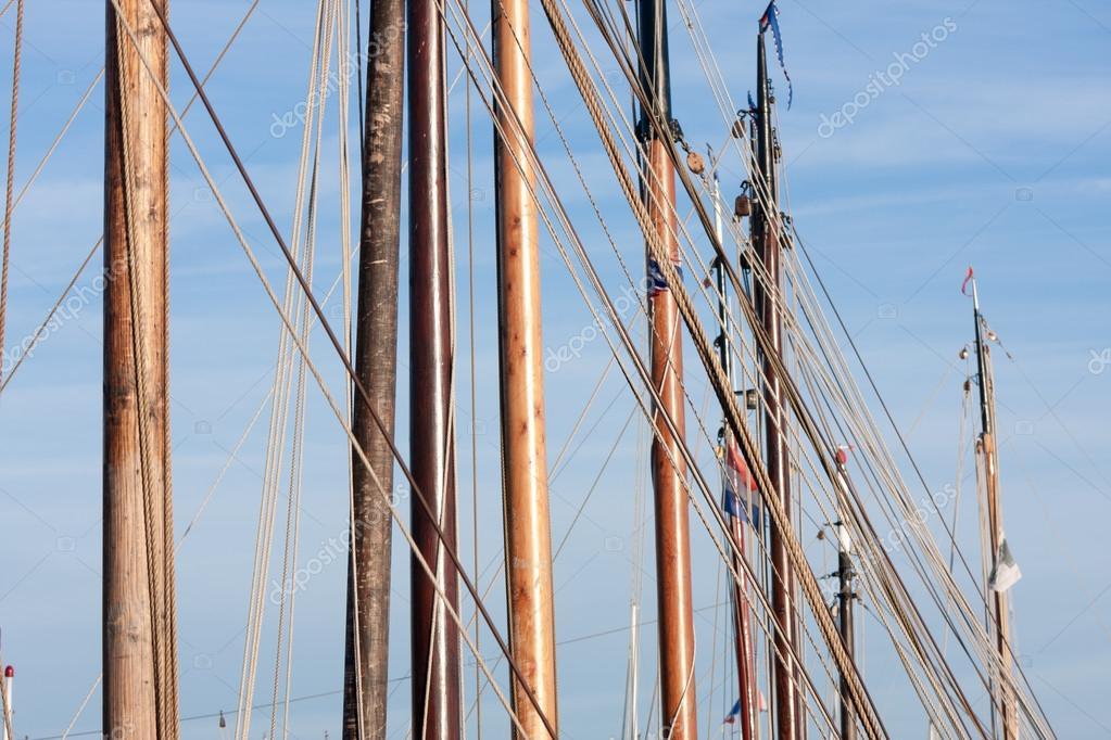 Barco de vela con capitn en colores multicolor de la