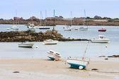 Francouzská pobřeží bretaně s čluny za odlivu — Stock fotografie