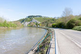 Argine del fiume mosa vicino la città belga di dinant — Foto Stock