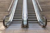 Kamienne schody z windą w nowoczesnym budynku — Zdjęcie stockowe
