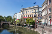 UTRECHT, THE NETHERLANDS - AUGUSTUS 27: Shopping centre of the fourth city of the Netherlands with a canal and shopping people on Augustus 27, 2011 in Utrecht, the Netherlands — Stock Photo