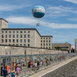 BERLIN, GERMANY - JULY 24: Remains of Berlin Wall and Welt Balloon that takes tourists 150 meters into the air above the city on July 24, 2013 in Berlin, Germany — 图库照片