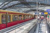 Berlin, alemania - el 25 de julio: viajeros desconocidos viaja en tren a la estación central de berlín el 25 de julio de 2013 en la estación central de berlín, alemania — Foto de Stock