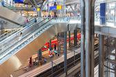 ベルリン, ドイツ - 7 月 22 日: 観光客や労働者はショッピングと旅行ベルリンの中央駅で 2013 年 7 月 22 日ベルリン, ドイツの中央駅で — ストック写真
