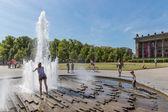 """Berlin, Alemania - 22 de julio: desconocidos buscando refrescarse en un día caluroso de verano en la plaza """"lustgarten"""" al lado de la berliner dom en 22 de julio de 2013 en Berlín, Alemania — Foto de Stock"""