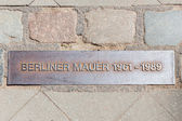 Iron plaque of the Berliner wall near checkpoint Charlie — 图库照片