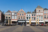 Townscape with people sitting on terraces of Delft, the Netherlands — Stock Photo