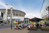 People sitting at a terrace near a Dutch soccer stadium in Amsterdam — Stock Photo