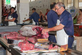 Butcher preparing a tuna at the fish market of Madeira, Portugal — Stock Photo