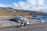 Plan väntar passagerare på flygplatsen i funchal på madeira, portugal — Stockfoto