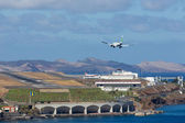 Boeing 737 is approaching Funchal Airport at Madeira, Portugal — Stock Photo