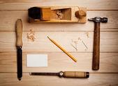 木匠与一些工具的办公桌 — 图库照片