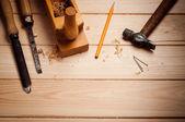 Ferramentas de carpinteiro na mesa de madeira de pinho — Foto Stock