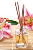 Fragrância varas ou difusor de aroma com flores alvas — Foto Stock