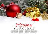 Noel kenarlık süsü, altın hediye ve kar. — Stok fotoğraf