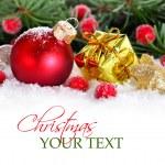 confine di Natale con gingillo rosso, dorato presente e neve — Foto Stock