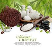 Spa masaj sınır arka plan ile havlu, sıkıştırmak topları ve bambu — Stok fotoğraf