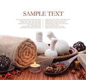 Wellness massage grens achtergrond met handdoek en comprimeren van ballen — Stockfoto