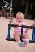 Un bebé en un columpio — Foto de Stock