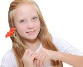 Młoda dziewczyna gospodarstwa pomarańczowy kwiat — Zdjęcie stockowe