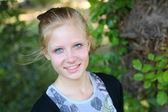 Krásná blonďatá dívka na přírodu — Stock fotografie