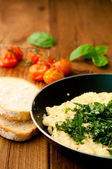 Scrambled eggs with chives and herbs and two slices of bread — Stock Photo
