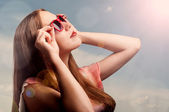 Summer portrait of a beautiful woman in sunglasses — Stock Photo