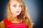 Retrato de mujer de belleza morena joven de ojos azules sobre fondo azul — Foto de Stock