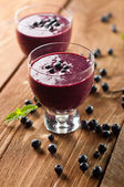Glass of fresh blueberry smoothie with blueberries — Stock Photo