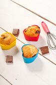 Préparer des muffins. muffins dans des moules de silicone coloré sur boa blanc — Photo