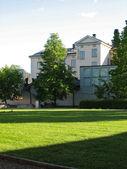 家および芝生 — ストック写真