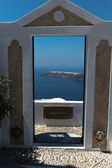 Through a door towards the oceanfront on Santorini island — Stock Photo