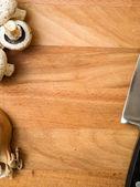 Gousses d'ail sur une planche à découper — Photo